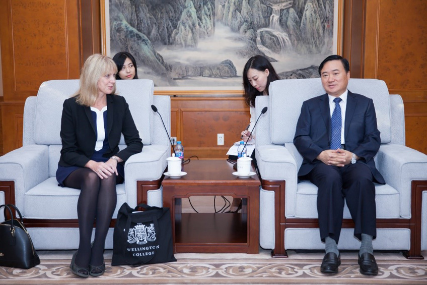 Shanghai Pudong District Mayor Meets with Wellington College Executives